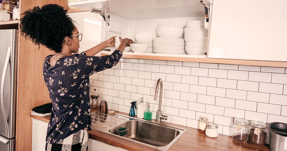 Aprenda como organizar os armários da cozinha com estes 5 passos